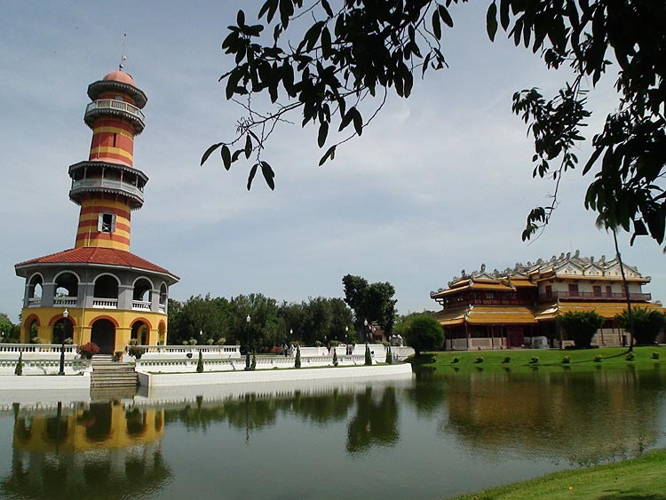 Withum Thasana Tower (left) and Phra Thinang Wehart Chamrun Residential Hall (right)