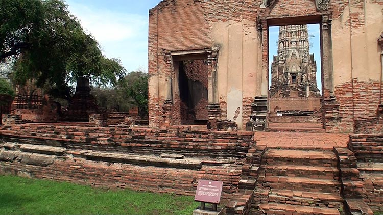 Entrance to Wat Ratchaburana